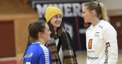 PÅ VISITT: Ingvild Bakkerud (i midten) hadde pause fra profflivet i Danmark og så Skrim spille søndag. Her med Jeannette Carlsen (t.h.) og Ine Egeland.