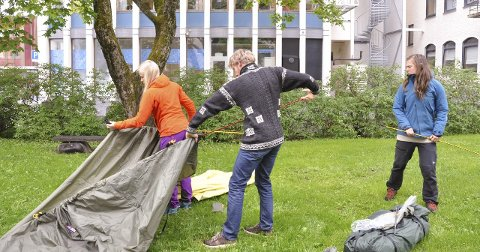 Erfaren: De tre filuftsskolelederne brukte få minutter på å få opp teltet. Nå ser de fram til å dele noe av kunnskapen sin med barna.