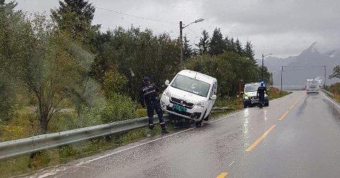 "Bil ""parkert"" på autovernet på Lyngvær i Vågan fredag morgen."