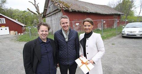 Gave: Punkt Øs Dag Aak Sveinar, avdelingsdirektør i Sparebankstiftelsen DNB Anders Bjørnsen og styreleder Ingjerd Schou.  Foto: Pål Andreassen