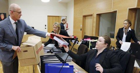 KLAR TIL DYST: Statsadvokat Folke Åmlid leverer ut nye dokumenter til advokat Trine Frantzen, en av åtte forsvarere i saken. Bak advokatfullmektig Silje Stridsklev og advokat Christine Hamborgstrøm.