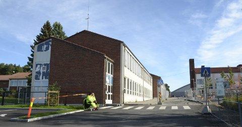 MÅ HA TRAFIKKVAKTER: Innkjøring til skole- og idrettsanlegget går rett gjennom skolegården på Manglerud og ønskes flyttet til grøntområdet nord for skolen. Foto: Nina Schyberg Olsen