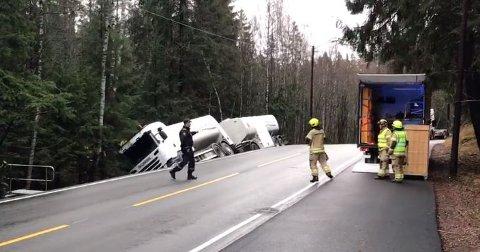 I GRØFTA: Tankbilen har kjørt i grøfta.