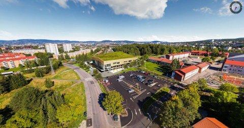 FRA LUFTA: Det nye badet og aktivitetshuset får grønt tak. Manglerud skole sees til høyre. Illustrasjon: Undervisningsbygg