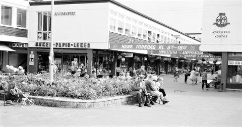 HØSTEN 1958: Torget på Lambertseter Senter en fin høstdag i 1958. Handlegaten sørover var Lambertseters urbane sone. Klikk på pilene for å se flere bilder! Foto: Oslo byarkiv.