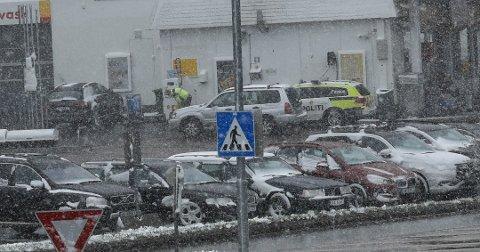 VINTER: Politiet fyller luft i dekkene – og måtte antakelig legge om til vinterdekk før de tok turen til Lygna. Foto: Siv Storløkken