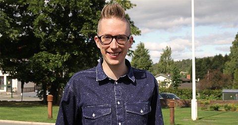 Leder av Høyres ungdomsparti, Kristian Tonning Riise hevder at eksamensordningen gir en rettferdig tilbakemelding på det generelle faglige nivået.