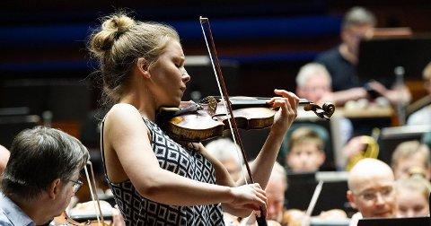 PÅ BESØK: Fiolinisten Oda Holt Günther fra Kråkstad studerer i Berlin og spiller i Ås kirke lørdag kveld.
