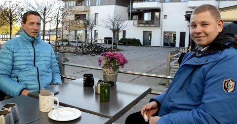 Overlevde dramatikken: John Kristian Ingebrigtsen, til venstre, og Fredrik Falkensten Strand sier bruk av flytevest var redningen da de havnet i vannet ved Svenner fredag. Foto: Bjørn-Tore Sandbrekkene