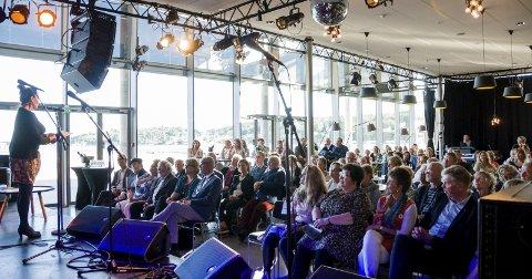 Fullt hus: Rundt 140 publikummere møtte opp for å høre på Vigdis Hjorth og de andre som sto på scenen under Poesifestivalen i Bølgen på fredag. Foto: Bendik Løve