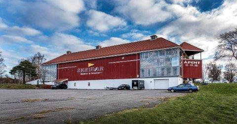 TIL SALGS: Salget av Skeidar-bygget på Amundrød, også kalt kjøpslåven, håndteres av Q4 næringsmegling.