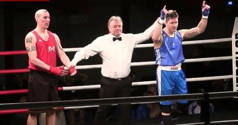 ENKEL SEIER: Robert Paulsbyen (til høyre) slo Jan Erik Vårdal fra Bergen i kvartfinalen i NM i boksing fredag.
