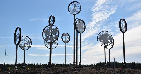 VEGKUNST: Elin Drougge har laget kunstverket «Åkersilhuetter» i rundkjøringa ved Myklegard i Løten.