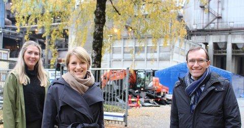 Karbonfangstanlegg og grønn industripolitikk sto på dagsorden ved Norcem med besøk av stortingspolitikerne Else Marie Rødby (Sp)  t.v., Kari Elisabeth Kaski (SV og Espen Barth Eide (Ap). – De rødgrønne partiene garanterer støtte i Stortinget til regjeringens stortingsmelding om Langskip-prosjektet  som inkluderer Norcem, sier Espen Barth Eide.