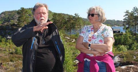 FIKK MEDHOLD: Grunneierne Inger Marit og Svein Kjennerud fikk medhold i deres klage på reguleringsbestemmelser om utnyttelse av hyttetomter i Trosby - Kjøya hytteområde. Politikerne i teknisk- og miljøutvalget var på befaring i hyttefeltet onsdag, og de gav skryt til grunneierne for en fin tilpasning av de oppførte hyttene i terrenget.