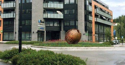 Kongle-kunst: Allerede til våren kan rundkjøringa ved Bakerihjørnet i Moelv får sin egen kongle.  Foto: Ringsaker Industriservice / Ringsaker kommune