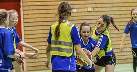 Skolecupen i basket har blitt en populær tradisjon. Her fra kampen mellom Veien skole og Sundvollen.