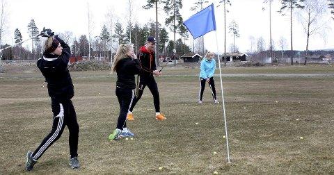 GOD PLASS: Golfelevene ved Hvam videregående skole har god plass å boltre seg på. Dette bildet ble tatt da de seks første av ni hull var klare i april.Foto: Per Stokkebryn