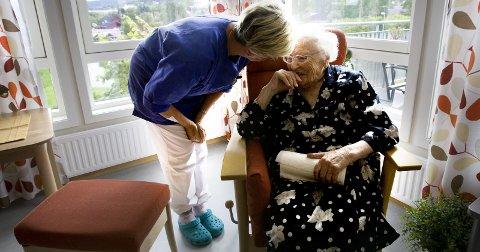Deltidsproblemer: Mange kvinner i omsorgssektoren ønsker å jobbe deltid. Seniorforsker Leif E. Moland (innfelt) mener arbeid for flere på heltid er viktig, men ser at det er krevende å få til.Illustrasjonsfoto: NTB scanpix