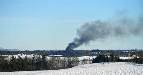 KRAFTIG RØYK: Røyken fra brannen kan ses på lang avstand. FOTO: VIDAR SANDNES