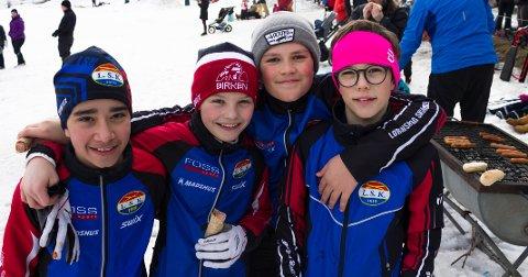 KOSTE SEG: 12-åringene Karol Sabier (f.v.), Aksel Stanger,  Kristian Solberg og William Saidi varmet seg med pølser ved grillen.