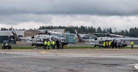 De to første nye helikoptrene til politiet landet fredag på Gardermoen. Foto: Peder Mathisen