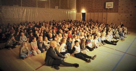 TILHØRERE: Elevene på Frydenlund skole var et lydhørt publikum da Rybak kom på besøk som en forsmak på konsert i november med Fyrdenlund skolekorps og Hurum og røyken Storband.