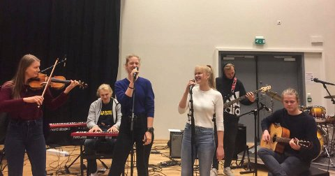 ARRANGERER KONSERT: På scenen her ser du fra venstre Frida Margrethe Bremnes, Adrian Skansen, Anne Holter Jørgensen, Elize Funkner, Andreas Østby og Mathias Lorents Braset.