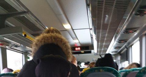 Her står barn og unge på bussen mellom Jørpeland og Tau. På de mest brukte avgangene morgen og ettermiddag er det ikke sitteplass til alle passasjerene. Du får bot for å sitte på bussen uten belte, men det er lovlig å stå i midtgangen. (Foto: Roar Fredriksen)