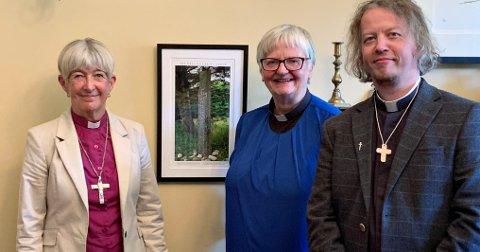 Right Rev. Bishop Christine Hardman sammen med tidligere prestevikar Gunn Fagerlie Johannessen og konstituert prost i Ytre Nordmøre prosti, Sindre Stabell Kulø.