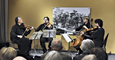 Engegårdkvartetten leverte musikk på høyt nivå da de besøkte Knudtzonlunden for to år siden. Alex Robson (fra Frei) nummer tofra venstre, Arvid Engegård helt til venstre. Foto: Eilif Odde