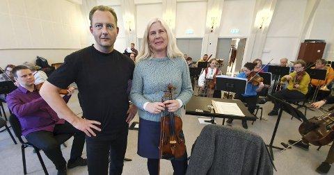 Ellen Rensvik og Kristiansund symfoniorkester har hentet inn Stian Svendsen til å dirigere orkesteret 17. mai. Senere i år blir det enda mer jubileum med orkesteret. (Foto: Trond Hasselø)