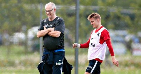 Martin Ødegaard og Lars Lagerbäck under fotballandslagets trening på Lillestrøm treningsfelt før kampene mot Romania og Færøyene.