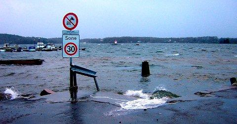 BLIR HØYERE: Vannstanden vil bli høyest fredag i 19-tiden.