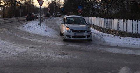 KOLLIDERTE: Den ene bilen har skader på venstre side av fronten.