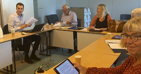 Fra torsdagens møte i kontrollutvalget: Fv Sander Hage Ask, leder Aasulv Løvdal (Sp), nestleder Marit Valland (Ap), Birgit Fidgett (Sp) og medlem Marit Aass (XL). Foto:Olav Loftesnes