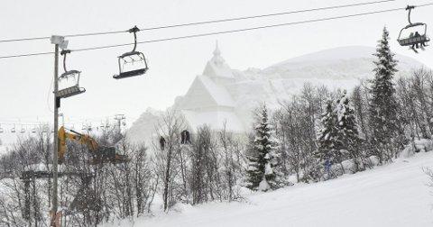 Spektakulært: Mens skiheisen suste forbi ble det lagt siste hånd på stavkirka i snø av de kinesiske kunstnerne.