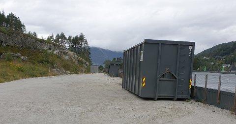 INNBRUDD: Hver kveld låser Elkjøp Leira inn el-avfallet i konteinere. Minst en gang hver måned blir låsen brutt opp og avfall stjålet.
