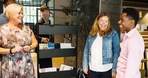 IMPONERT: Frp-leder Siv Jensen besøkte Larvik og fikk høre hvor nyttig Yelpi er for Anne Mette Rimstad og Msgena Yemane.