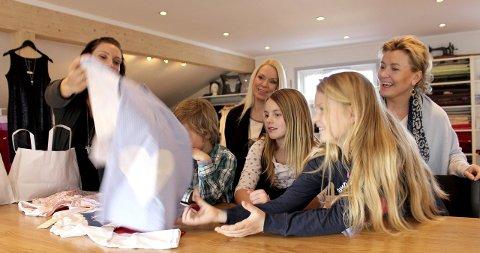 Barn hjelper barn: – Se så fin den ble! Skredder Elin Henriksen Billing viser fram en redesignet kjole til Mikkel Arvesen, Franciska Munck-Johansen, Celina Munck-Johansen, Emma Billing og Lise Arvesen.Foto: Mariann L. Dahle