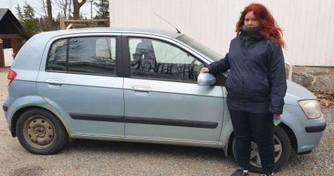 Madelene Haslerud fortviler etter at bilen hennes har fått riper: - Selv om bilen er gammel, er dette veldig irriterende, sier hun.