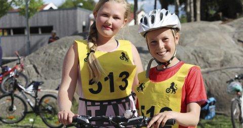 Sikker på sykkelsetet: Ada Karoline Legg Hauger (10) fra Kroer gjorde det skarpt i «Sikker på sykkel»-konkurransen til NAV. Her sammen med Siri Trømborg fra Vestby. Foto: mattias Mellquist