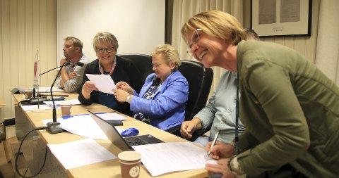 Smilende signering: Torsdag ble samarbeidsavtalen mellom Gjerstad kommune og Nye Veier signert, og med det kan planleggingsarbeidet gå inn i neste fase.               Foto: Marianne Stene