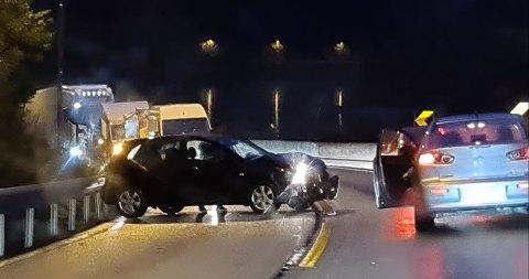 Bilen fikk sladd og havnet i autovernet i motsatt kjørefelt. Foto: LESERBILDE