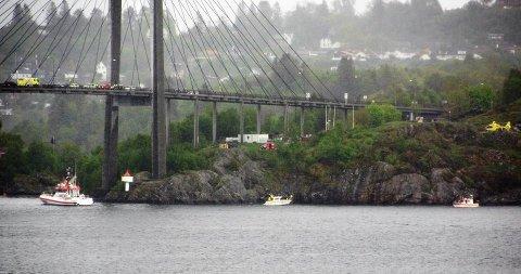 Naudetatane har søndag søkt etter ein person i sjøen ved Nordhordlandsbrua. Foto: Nh-tipsar