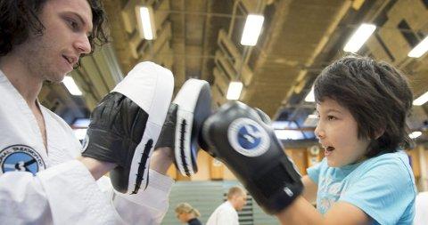 Mads Prestegard fra Bergen Taekwon-Do Klubb har en blind elev i klubben. Her viser han taekwondo for Okan Topcu (11) fra Fyllingsdalen i Haukelandshallen fredag.