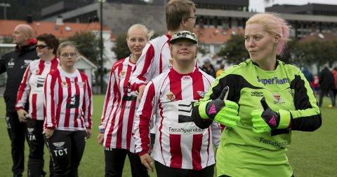 Keeper Mette Veland (f.h.), Stian Kjellerød og resten av Fanas stjernelag er oppstilt og klar for kamp på nymarksbanen.