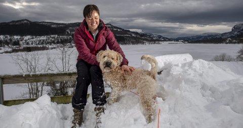 Ann-Elen driver en gård med 40 kyr og har en ektemann som er landslagstrener i Tsjekkia. Hun har også mer enn halv stilling som lærer og trener på videregående, og to jenter. Pluss at hun må passe på Doffen! Foto: Eirik Hagesæter