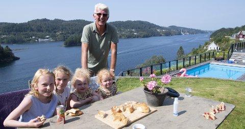 HYGGE:    Dag Steinfeld (64) er en stolt bestefar. Her er han sammen med Aleksandra (9), Aurora (6), og tvillingene Lea og Louise, som fylte fire år da BA var på                         besøk.