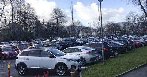 Slik så parkeringsplassen ved Sandviken sykehus ut tirsdag. Mange av bilene tilhører turgåere, ifølge Leni Brunborg.